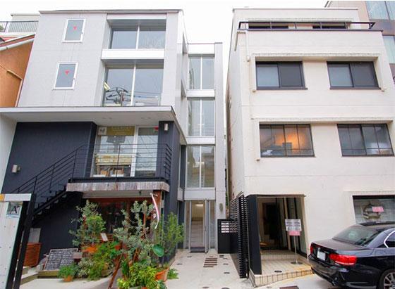 【画像5】社員寮として使われていた渋谷区の古いビル(右)を購入。1・2階をテナント用賃貸スペースに、3・4階を住まいにリノベーション。その後、隣の土地があいたため、新たにビルを新築し(左)、テナント貸ししている(画像提供/株式会社クラフト)