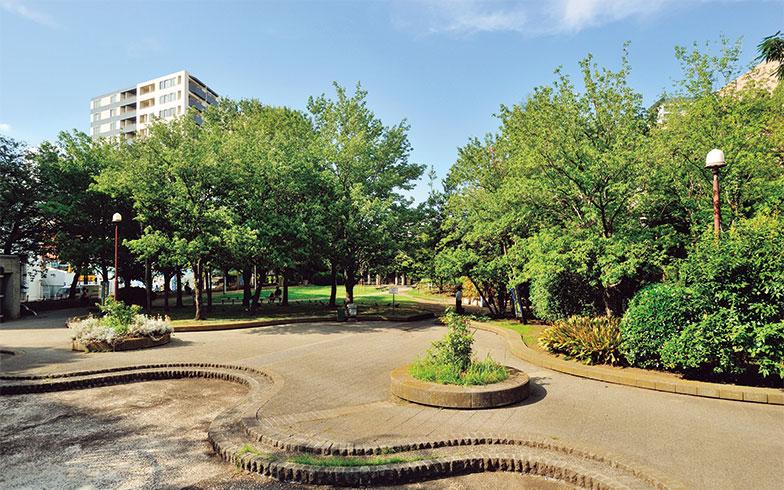 【画像3】マンションの南東50mほどの場所には「築地川公園」があり、住民は日常使いできる。近くには中央区の子育て支援施設「築地児童館」もあるため、近隣の子育て世帯と交流しやすい環境が整っている(写真撮影/柴田ひろあき)