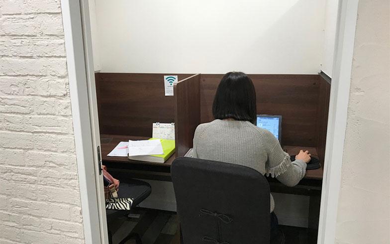 仕切りを設けた個室。もちろんコンセントなども備えられており、集中して働きたい人に利用されています。個室はもちろんバーチャルオフィスでも登記できるので、起業する人も多いとのこと(写真撮影/山口俊介(BREEZE))