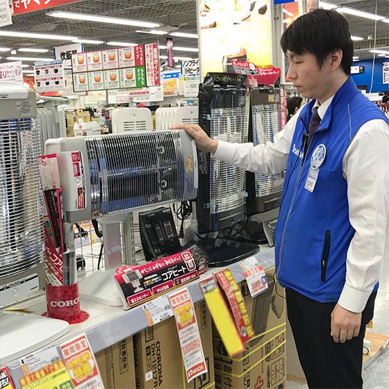 「ヤマダ電機オリジナルカラーのゴールドもあります」と高野さん(写真撮影/宮崎 林太郎)