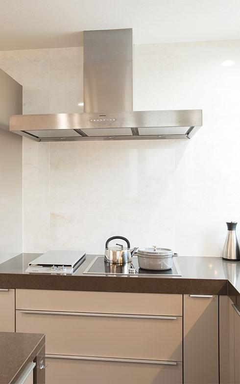 換気扇のデザインを優先して選ばれたそう。クリーニングのサインが出たら、フィルターは簡単に取り外して食洗機で洗える(写真撮影/片山貴博)