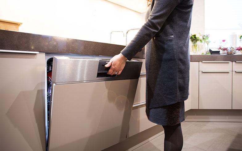 換気扇のフィルターをそのまま洗える、大型の食洗機もガゲナウ社(写真撮影/片山貴博)
