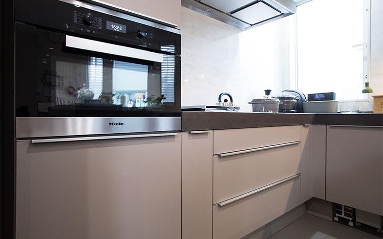 タテヨコのラインが美しく収まっている。キッチン全体のデザインにこだわる人が選ぶミーレの機器(写真撮影/片山貴博)