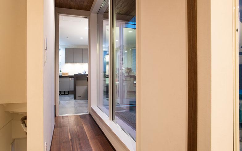 廊下の奥がキッチン、天井までの扉が開いた状態(写真撮影/片山貴博)