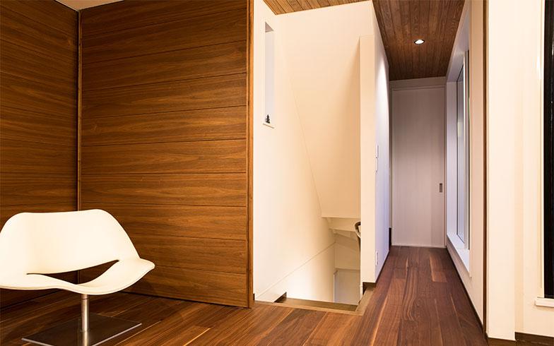 キッチンの扉を閉めた状態、階段から上がって来た手前がリビングルーム(写真撮影/片山貴博)