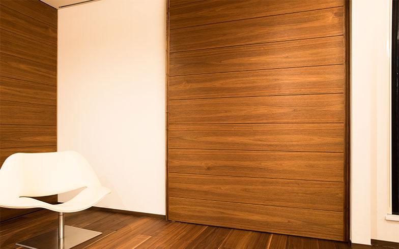 ウォールナットのフローリング床と合わせた特注の大引き戸(写真撮影/片山貴博)