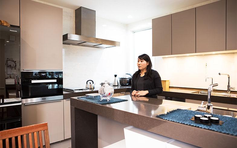 お料理だけでなく、お子様の宿題や事務仕事など。キッチンで過ごす時間が一番長いのがママの日常(写真撮影/片山貴博)