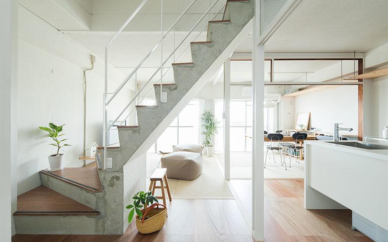 玄関側からの景色。おしゃれに生まれ変わった階段は、この家のシンボルになりそう!(画像提供/MUJI HOUSE)