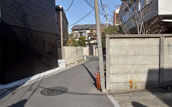 下を流れる川に沿ってできた「蛇道」(写真撮影/小野洋平)