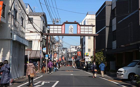 地元民が行き交う「よみせ通り」(写真撮影/SUUMOジャーナル編集部)
