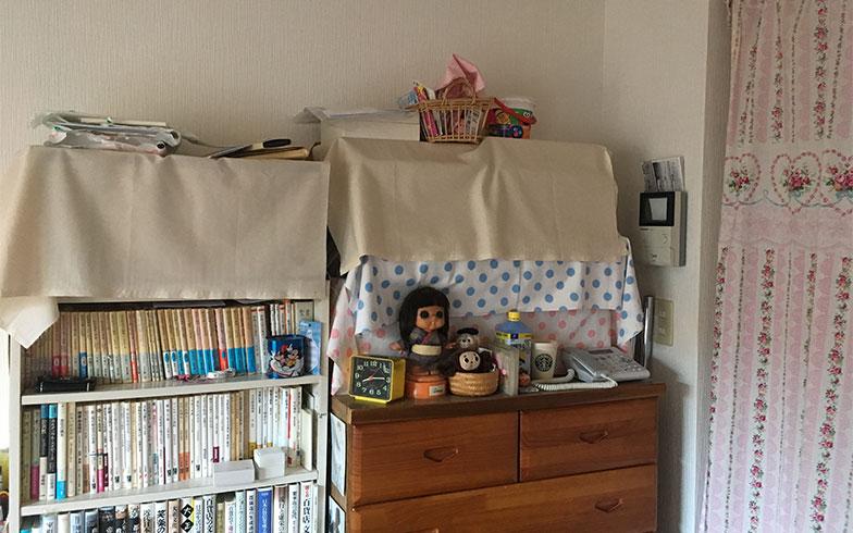 取材当日の筆者の部屋。積み上げた本と書類を布で覆って隠し、なんとかなっているつもり(写真撮影/近藤智子)