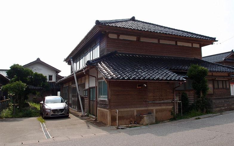 契約が決まった、石川県の築75年の古民家。重厚な能登瓦、外壁の下見板張りなど古民家の魅力があふれる(画像提供/家いちば)