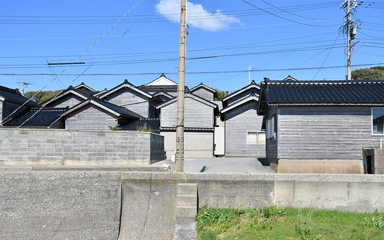 上記の古民家のあるまちの様子。連続する能登瓦と下見板張りの壁が風情を生む(画像提供/佐藤正樹)