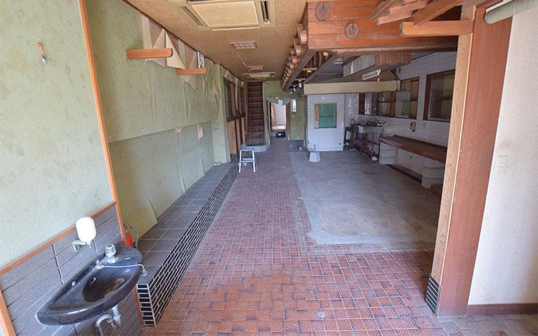 契約が決まった、鹿児島県の元花屋の店舗。以前は料亭だったため、天井の細部にその名残がある(画像提供/家いちば)