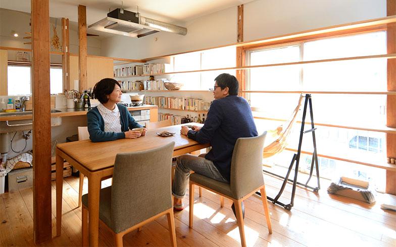 「本とともに大切にしたかったのは、人にも猫にも気持ちよく過ごせる空間」と話す加藤さん夫妻。細かく区切っていた壁を抜いたことで、さらに日当たり抜群の環境に(写真撮影/内海明啓)