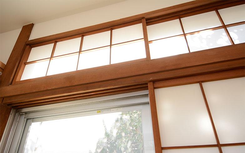 昔の家でよく見かけた、懐かしい欄間(らんま)にも障子が付いて、柔らかい日差しが入ってきます。欄間を開けるだけで空気の入れ替えができるなど、日本家屋ならではの知恵が詰め込まれています(写真撮影/内海明啓)