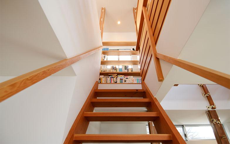家の中央に位置する階段は、吹抜けタイプ。階段の幅は90cmですが、手すりのみのシンプルなつくりで、圧迫感はありません。階段を上っていくと、正面に本棚が見えてきます(写真撮影/内海明啓)