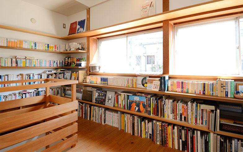 「最初はジャンルごとに本の置き場所を決めていたのですけど、最近はつい空いているところに置いちゃって……」と妻の加藤さん。それでも、どこに何があるかを把握してるのはさすが! (写真撮影/内海明啓)