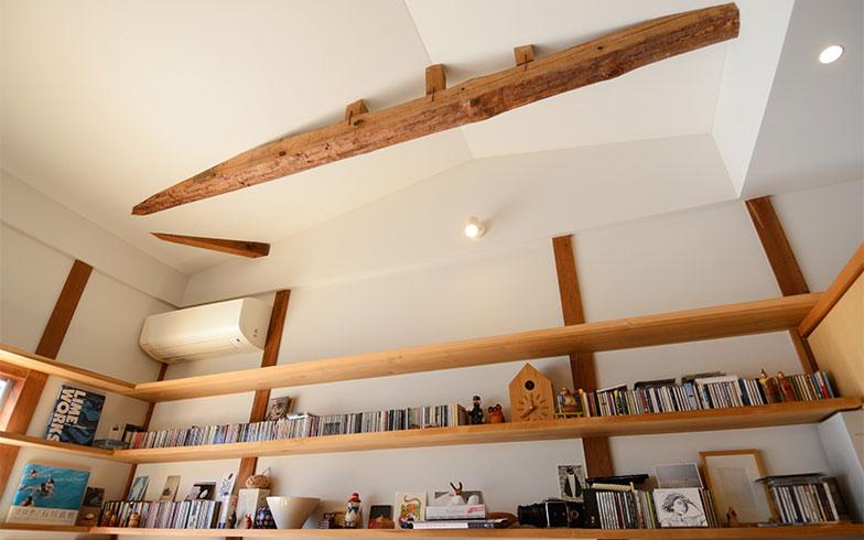 天井を高くしたダイニングテーブル側の棚には、CDや可愛い小物類、加藤さんの趣味でもあるカメラ、フォトフレームなどが飾られています(写真撮影/内海明啓)