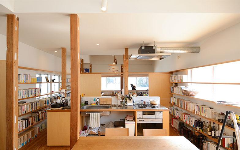 キッチンは回遊性の高い、アイランドタイプになっています(写真撮影/内海明啓)