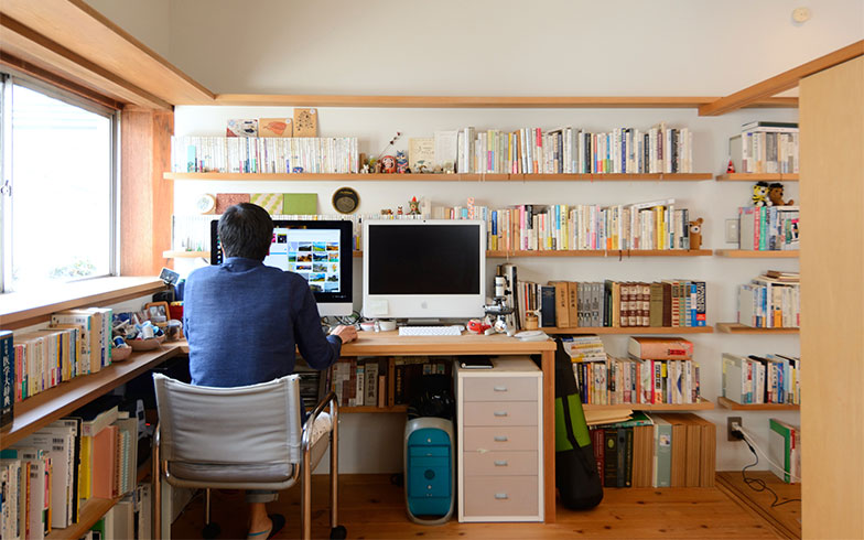 「書斎横の引き戸は開けたり閉めたりできるので、ときには個室、ときにはオープンと、そのときどきで自由に使えるようにしてもらいました」(写真撮影/内海明啓)