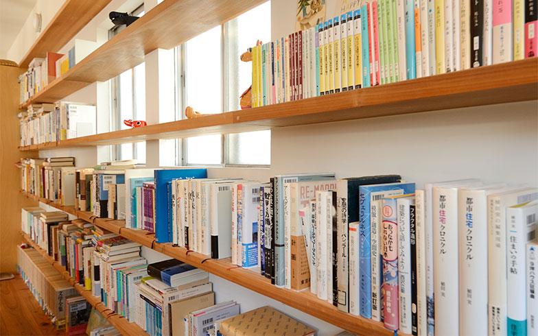 本の紙焼け防止と日当たりの確保から、できるだけ窓の前には本を置かないように心がけているそうです(写真撮影/内海明啓)