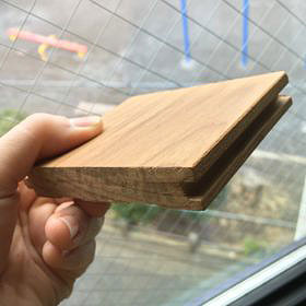アキ設計で使われた床暖房対応の「無垢チーク材」の床。自然素材は足触りがよく、経年変化も楽しめるのが特徴。アレルギーやシックハウスなどが気になる人にとっても朗報だ(写真提供/アキ設計)