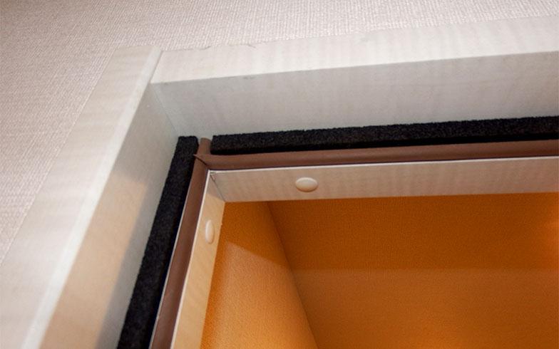 ドアの隙間もゴムの目張りを施し、防音性を高めている(写真撮影/織田孝一)