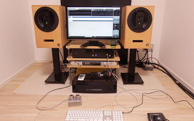 室内に設置された久保さんの仕事用機材。スピーカー、D/Aコンバーター、レコーダーなど。ヘッドフォンでは低音が聞こえにくいなど、違って聞こえるので、ある程度大きな音を出さないとこの仕事はできないそうだ (写真撮影/織田孝一)