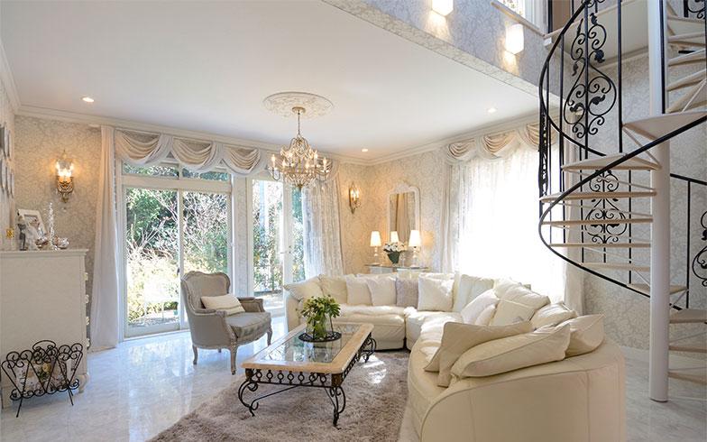 存在感のある白いソファは、10年以上使っているもの。「白だから汚れやすいけれど、うちは家族みんなが掃除好き。夫も娘たちも、休みの日には一生懸命拭いてくれるんですよ」とかおり子さん(写真撮影/内海明啓)