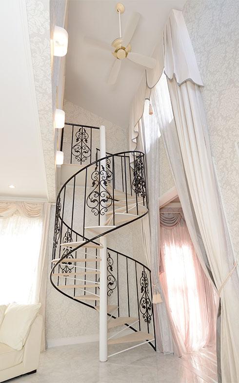 """赤見邸は建物が2つに分かれているため、リビングの2階に上がるにはこの螺旋階段が不可欠なのだそう。2階はかおり子さんの""""着物部屋""""になっているため、かおり子さんは一日に何度もこの螺旋階段を往復するそうです(写真撮影/内海明啓)"""