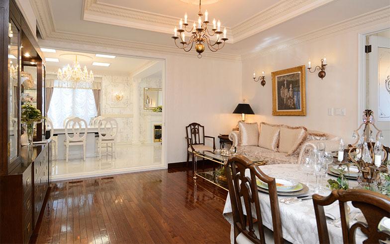玄関から見て手前の部屋は、美しい木目の床が印象的なメインダイニング。主に夫のお客さまをもてなすときに使うそう。奥に見える白で統一されたスペースが、かおり子さんのサロンです(写真撮影/内海明啓)