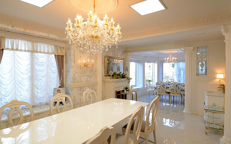 天井、床、壁、すべて白で統一されたサロンスペース。白で統一するインテリアは難易度が高いと言われますが、かおり子さんは単調にならないように壁のクロスに柄の入ったものを選ぶなどの工夫をしています(写真撮影/内海明啓)
