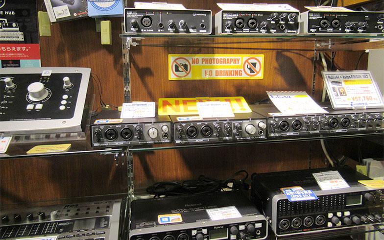 オーディオインターフェース売り場。大小さまざまな種類のものがある(写真撮影/近藤智子)