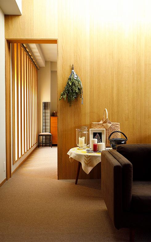 玄関ホールを入ると、トップライトからの光が差し込むリビング。壁や天井には国産ナラ材を使い、床はリネンウールのカーペットを敷き詰めたナチュラルな空間(写真撮影/菊田香太郎)