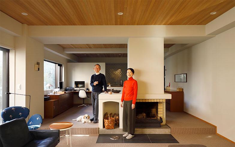 中央にある暖炉と段差が、リビングとダイニングスペースを緩やかに分けている。左奥のデスクカウンターは、持っていたテーブルに質感も高さも合わせて造作してもらった(写真撮影/菊田香太郎)