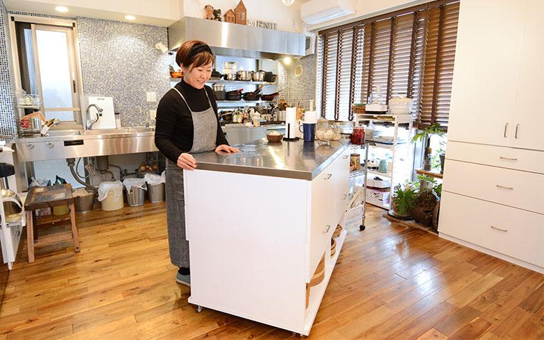 スパイスや調味料、調理器具がびっしり入っている調理台は、女性でも簡単に動かせます。「コンロが足りないときは、カセットコンロを置く場所にもなるんですよ」(写真撮影/内海明啓)