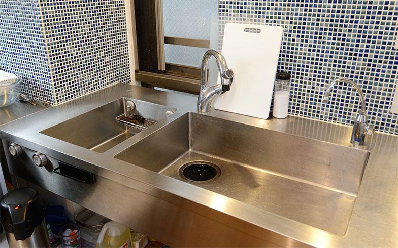 ボリュームの多い仕事のときは、なべやフライパンを洗うことと野菜洗いが同時進行することも。洗いものの強い味方になってくれるダブルシンク(写真撮影/内海明啓)