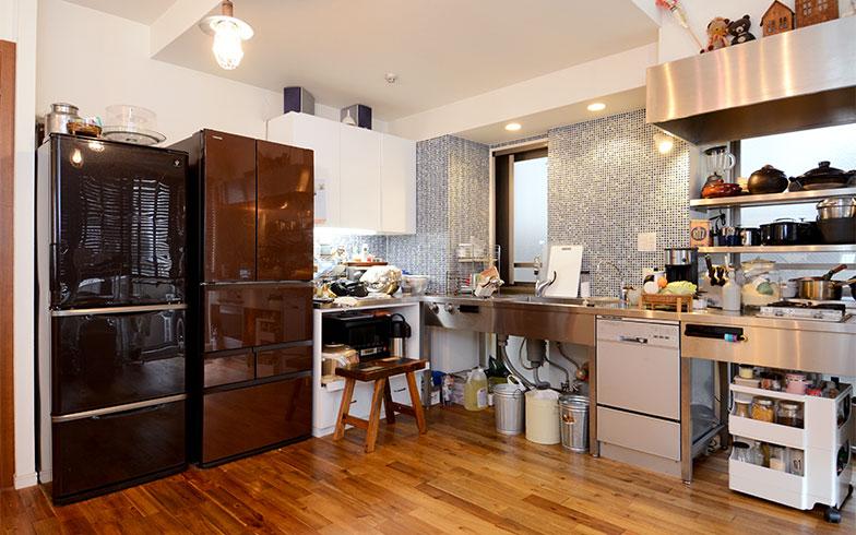 リフォーム前、1台しか置けなかった冷蔵庫は2台に。修理やメンテナンスの費用も考えて、業務用ではなく家庭用冷蔵庫を使用しています(写真撮影/内海明啓)