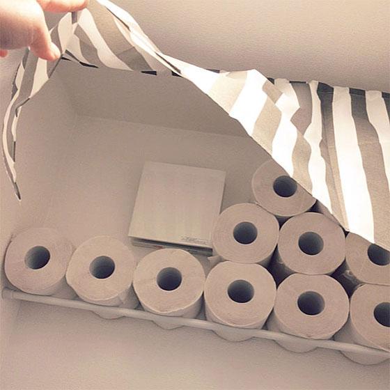 突っ張り棒1本でトイレットペーパーの収納を実現。カフェ風のカーテンはダイソーで購入(画像提供/tentenさん)