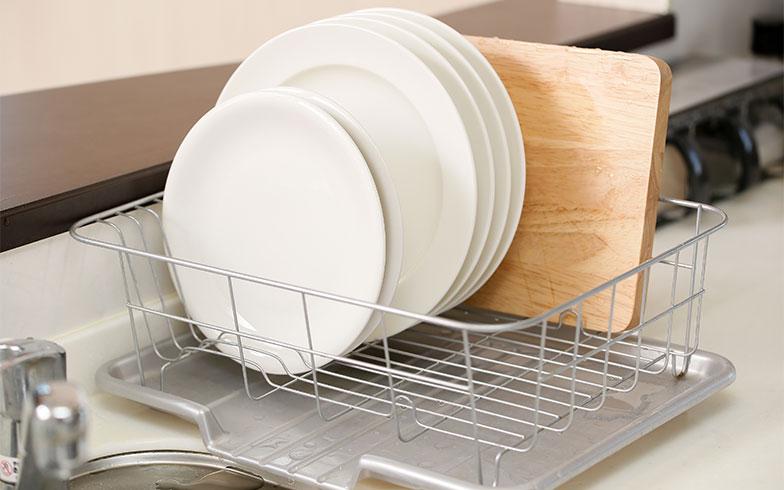 食器の色もそろえると、見た目もよく、収納もすっきりとした印象に(画像提供/PIXTA)