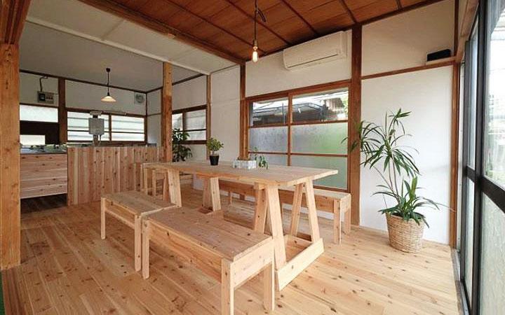 空き家を地域住民とともに全5日間のワークショップでセルフリノベーションしたカフェスペース。壁解体、床はり、漆喰塗り、家具キットの組み立てなどを実施 (画像提供/KUMIKI RPOJCET 写真撮影/八幡 宏)