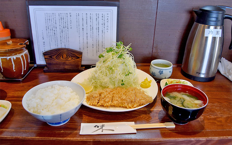 自慢のロースかつ定食。肉は岩手県産の「岩中豚」を使用している(写真撮影:小野洋平)