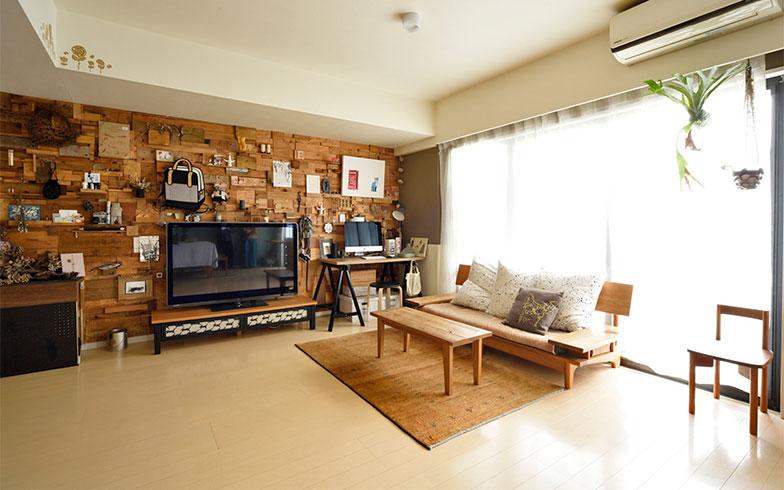 無垢材の家具の木質感と、木材パッチワークの壁の質感がそろっていて、不思議な統一感を見せています(写真撮影/山出高士)