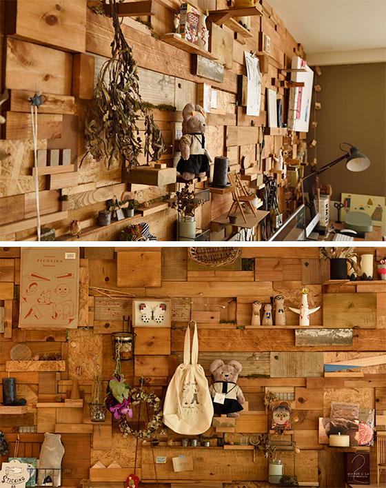 """サイズの異なる端材をうまく利用した、いろんな雑貨をちょこっと飾れる""""ミニ棚""""がたくさん。「計算して組み合わせているのではなく、何となくの感覚で木材を配置しました」と田中さん(写真撮影/山出高士)"""