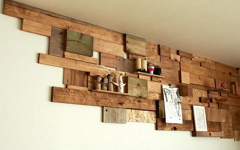 製作途中のパッチワークウォール。小さな隙間があるのが分かります。壁全面もいいですが、部分的にパッチワークになっているのも素敵(写真提供/田中さやかさん)