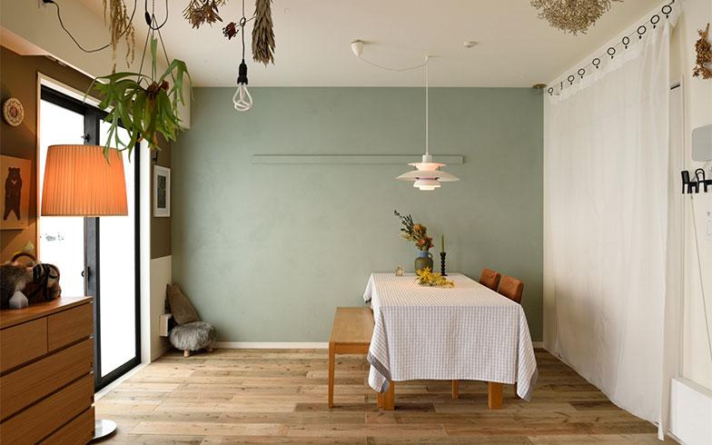 奥の壁と窓側の壁を、濃淡の異なるグリーンにペイント。「白い壁も、壁紙のままより、白く塗装した壁の方が自然の風合いを感じます」。床は薄い杉板を敷き詰めています(写真撮影/山出高士)