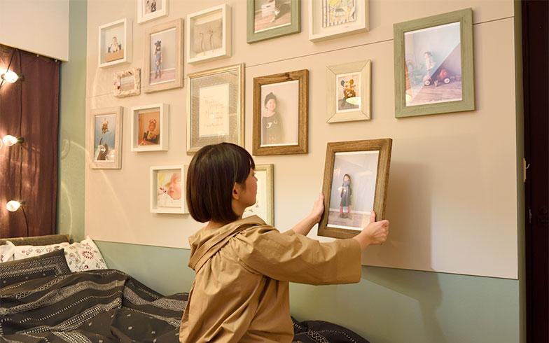 ペタッと壁にくっつくので、フォトフレームの数が多い家にはオススメ。HEYADECOシリーズはフォトフレームのほか、棚、フック、ウォールデコレーション用品があります(写真撮影/山出高士)