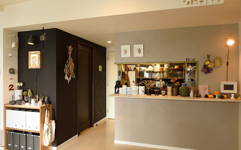 キッチン側はグレージュカラーに塗装し、左側はドアを含めて黒く塗装。個性的な雰囲気に仕上がっています。中央のドアは壁や天井に合わせて白く塗りました(写真撮影/山出高士)