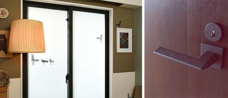 写真左/ダイニング側のサッシの室内側をアイアン塗料で黒く塗装。ガラスには半透明のフィルムを貼りました。「向かい側に大きな倉庫があるので目隠しです」。黒い鳥のシールが効いています。写真右/ドアノブも黒く(左写真撮影/山出高士、右写真提供/田中さやかさん)